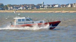 Harwich避风港领航船在河奥威尔的出海口费利克斯托的 图库摄影
