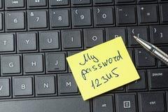 Hasło ochrona Biurowy majcher na laptop klawiaturze obrazy royalty free