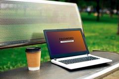 Hasło ochraniający nazwa użytkownika na ekranie komputerowym Prywatności ochrony ochrona Laptop na ławce w parku obrazy royalty free