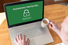 Hasło ochraniający pojęcie na laptopie obrazy royalty free