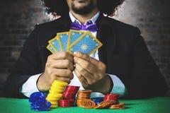 Hasardspelare med kort och chipen Royaltyfri Bild