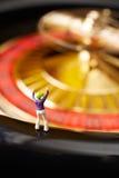 Hasardspelare på rouletthjulet Arkivbild