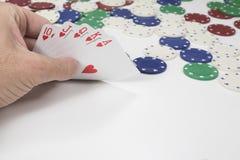 Hasardspelare som kikar på hans vinnande hand av kort Arkivfoton