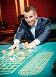 Hasardspelareinsatser som leker rouletten Arkivfoton