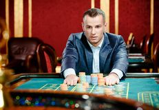 Hasardspelareinsatser som leker rouletten på kasinot Royaltyfria Bilder