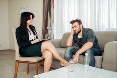 Hasband triste allo psicologo, supporto di psicologia Fotografia Stock Libera da Diritti