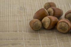 Haselnüsse auf einem Holzfuß Stockbilder