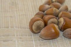 Haselnüsse auf einem Holzfuß Lizenzfreie Stockfotografie