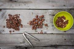 Haselnüsse gebrochen auf dem Holztisch Stockfoto