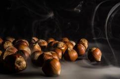 Haselnüsse im Rauche Stockfotos