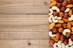 Haselnüsse, Mandeln und Acajounüsse auf Holztisch Stockbild