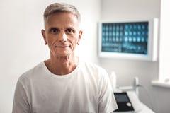 Haselnuss-äugiger geknitterter Mann, der auf den Doktor wartet lizenzfreie stockfotos