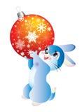Hasen eine Weihnachtskugel. Stockbild