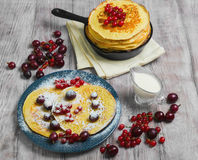 hash - brązów bliny na talerzu kropiącym z sproszkowanym cukierem i Zdjęcie Royalty Free