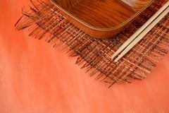 Hashis de madeira e uma bacia Fotos de Stock Royalty Free