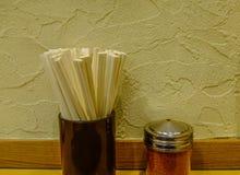 Hashis na tabela no restaurante asiático fotos de stock