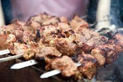 Hashlik, vlees die op metaalvleespen roosteren, sluit omhoog Royalty-vrije Stock Foto's