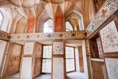 波斯宫殿与历史壁画的Hasht Behesht被放弃的室在墙壁上 免版税库存照片