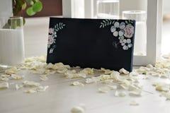 Hashtag écrit sur le tableau noir avec le bouquet de la fleur Photo stock