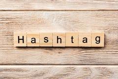 Λέξη Hashtag που γράφεται στον ξύλινο φραγμό hashtag κείμενο στον πίνακα, έννοια στοκ εικόνες με δικαίωμα ελεύθερης χρήσης