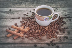 Hashtag come bastoni di cannella sui chicchi di caffè con la tazza di caffè su vecchio fondo rustico Immagini Stock