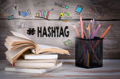 Hashtag, conceito do negócio Pilha de livros e de lápis na tabela de madeira fotografia de stock