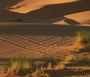 Hashtag im Sand gemacht mit Autorädern lizenzfreie stockbilder