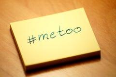 Hashtag metoo - postit szkotowy postit pisać obraz stock
