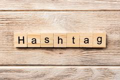 Hashtag ord som är skriftligt på träsnittet hashtagtext på tabellen, begrepp royaltyfria bilder