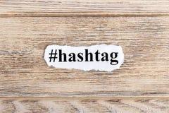 Hashtag tekst na papierze Słowo Hashtag na poszarpanym papierze com pojęcia figurki wizerunku odpoczynku dobra trwanie tekst Obraz Royalty Free