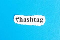 Hashtag tekst na papierze Słowo Hashtag na poszarpanym papierze com pojęcia figurki wizerunku odpoczynku dobra trwanie tekst Obraz Stock