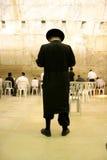 Hasidic Joden die door muur loeien Royalty-vrije Stock Afbeelding
