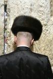 Hasidic Joden die door muur loeien Stock Foto's