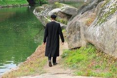 Hasidic jongen van Jood in zwarte kledingsgang in het park in Uman, de Oekra?ne, de tijd van het Joodse Nieuwjaar, Godsdienstige  royalty-vrije stock fotografie