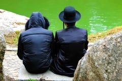 2 Hasidic mensen, Joodse familie, in traditionele kleren gelezen een gebed in het park in Uman, de Oekraïne, de tijd van het Jood stock foto's