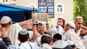 Hasidims祈祷,当读摩西五经纸卷时 犹太新年,犹太新年 它在犹太教教士附近Nachman坟墓  免版税库存图片