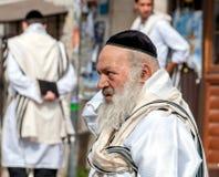 Hasidspelgrims in traditionele kleren Tallith - Joodse gebedsjaal Rosh-Ha-Shana festival, Joods Nieuwjaar royalty-vrije stock afbeeldingen