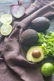 Hass-Avocados mit Bestandteilen für Guacamolen Lizenzfreie Stockbilder