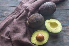 Hass avocados na drewnianym tle Obrazy Royalty Free