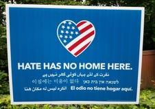 Hass hat kein Haus hier Vereinigte Staaten kennzeichnen und Herz mehrsprachig Stockfotografie
