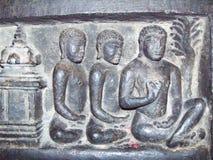 Hassan, Karnataka, Indien - 12. September 2009 altes graues Farbsteinflachrelief von den Jain Gottheiten, die in Vermittlungsposi Lizenzfreies Stockbild