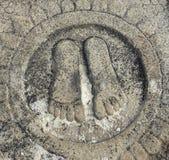 Hassan, Karnataka, Indien - 12. September 2009 altes Steinflachrelief von den Füßen von Chandragupta Maurya Lizenzfreie Stockbilder