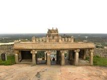 Hassan Karnataka, Indien - September 12, 2009 forntida beige färgport av den Jain templet på den Vindhyagiri kullen Arkivfoto
