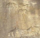 Hassan Karnataka, Indien - September 12, 2009 forntida brun lättnad för färgstenbas av den Jain tirthankaraen Royaltyfria Foton