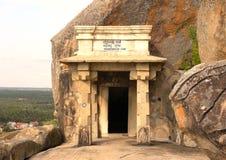 Hassan Karnataka, Indien - September 12, 2009 forntida Jain Bhadrabahu grottatempel med stenpelare överst av berget Royaltyfri Fotografi