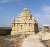 Hassan Karnataka, Indien - September 12, 2009 forntida Jain tempel med det utsmyckade tornet överst av berget Royaltyfria Bilder