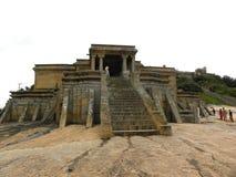 Hassan Karnataka, Indien - September 12, 2009 forntida Jain tempel med stenmoment Royaltyfri Foto