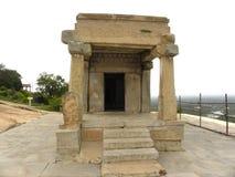 Hassan Karnataka, Indien - September 12, 2009 forntida liten Jain tempel med pelare Royaltyfri Bild