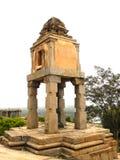 Hassan Karnataka, Indien - September 12, 2009 forntida liten Jain tempel med sned pelare Arkivfoton