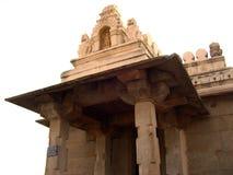 Hassan Karnataka, Indien - September 12, 2009 forntida Parshvanatha Jain tempel på komplexet för Chandragiri kulletempel Arkivfoto